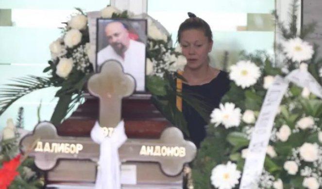 Скршена од болка едвај стоеше на нозе, а целото време ја држеа неговите родители- тажна слика од погребот на српскиот рапер (ФОТО)