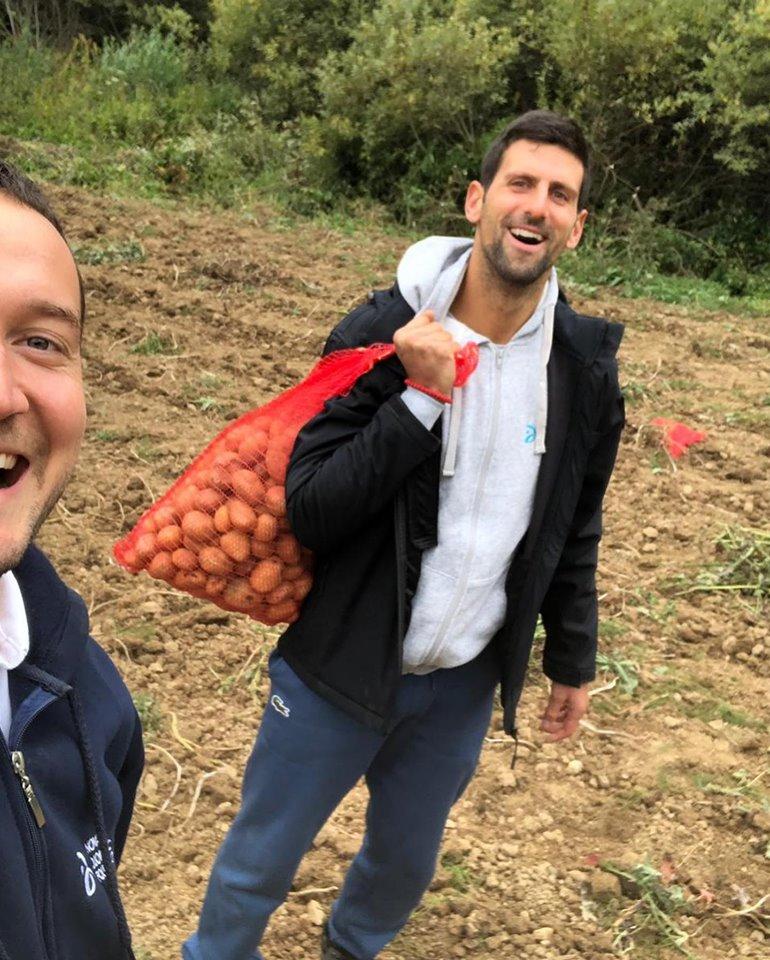 Новак Ѓоковиќ не се срами од работа- ги засука ракавите и откопуваше компири, па си ја наполни вреќата за дома (ФОТО)
