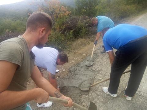 ФОТО: По низа одбиени барања од општината, жителите на Мождивњак со свои пари ја платија санацијата на дупките на регионален пат