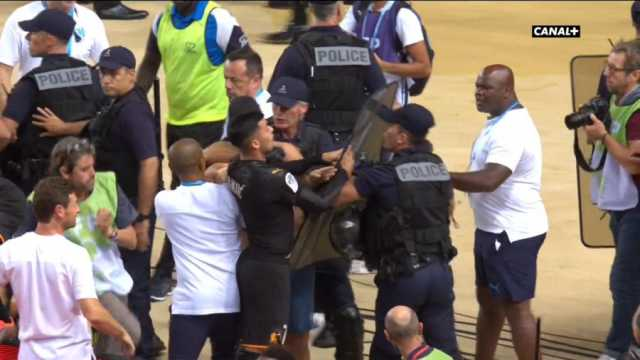 Српски фудбалер тргна да се тепа со француската полиција (ФОТО)