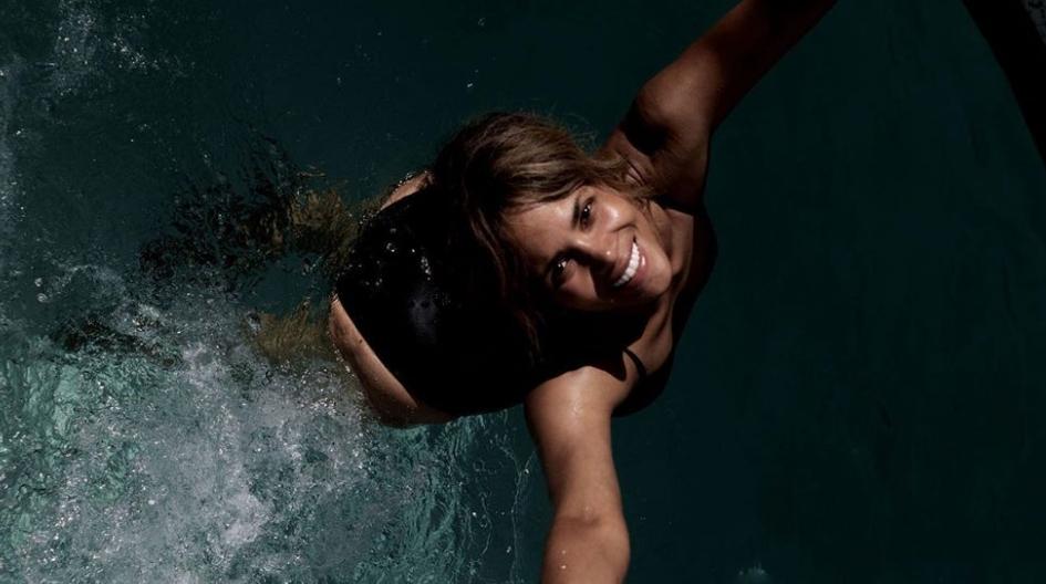 Хали Бери полугола ги искачува скалите на животот (ФОТО)