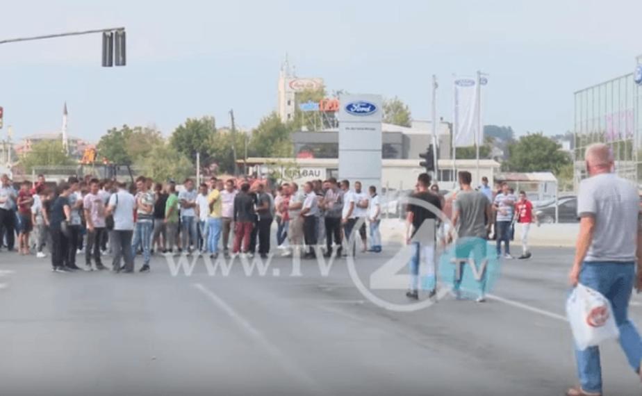 Жителите на Шуто Оризари протестираа- револтирани поради лошите патишта