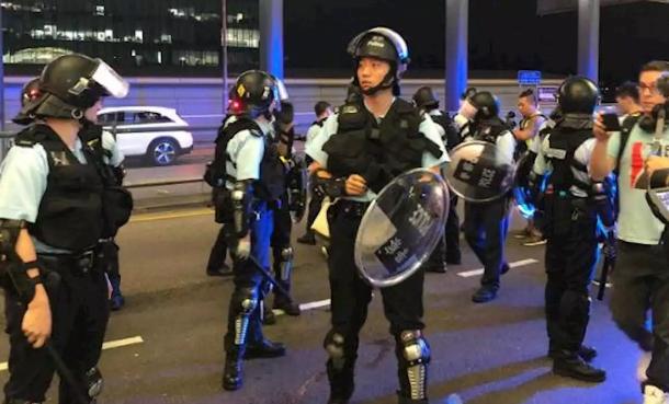 Полицијата во Хонгконг го чува аеродромот после ноќ полна со насилство