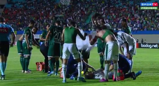 Фудбалерите ги соблекуваа дресовите и ги ладеа онесвестените играчи: Од ваков хорор судир на теренот ќе ви застане здивот (ВИДЕО)
