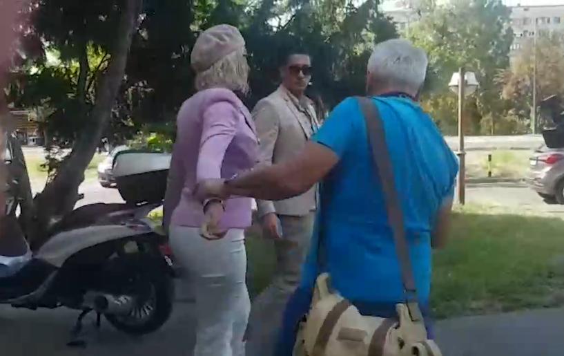 Целиот регион ја осудува, но таа упорно дрско провоцира: Карлеуша нападна фоторепортер, а кога ќе видите каде го фати ќе ви се слоши (ФОТО)