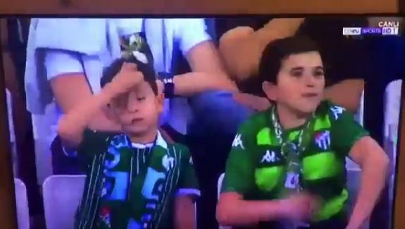 ХИТ ВИДЕО: Сцена од стадион во Турција го шокираше светот- по ова видео детето ќе ја добие најстрогата казна од родителите