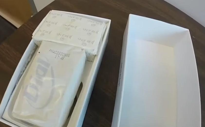 """Купиле """"Ајфон"""" за својата ќерка, а кога ја отвориле кутијата им се слошило: Продавачката панично бегала, тие стоеле во шок (ВИДЕО)"""