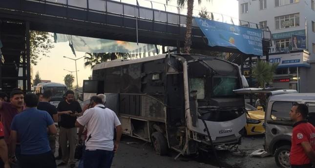 Бомбашки напад врз автобус со полицајци во Турција