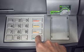 Банкомат во Сплит исфрлаше пари на улица, полицијата собра 10.000 евра