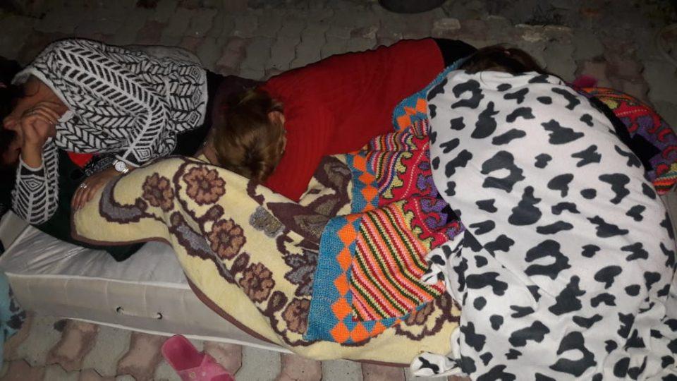 Поради страв од нов можен земјотрес, жителите на Драч ноќта ќе ја поминат под отворено небо (ФОТО)