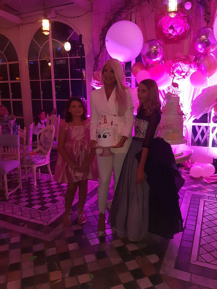 Карлеуша го прослави роденденот на ќерките- многумина ја осудија за подарокот кој им го купи, додека Душко Тошиќ го нарече вистински татко