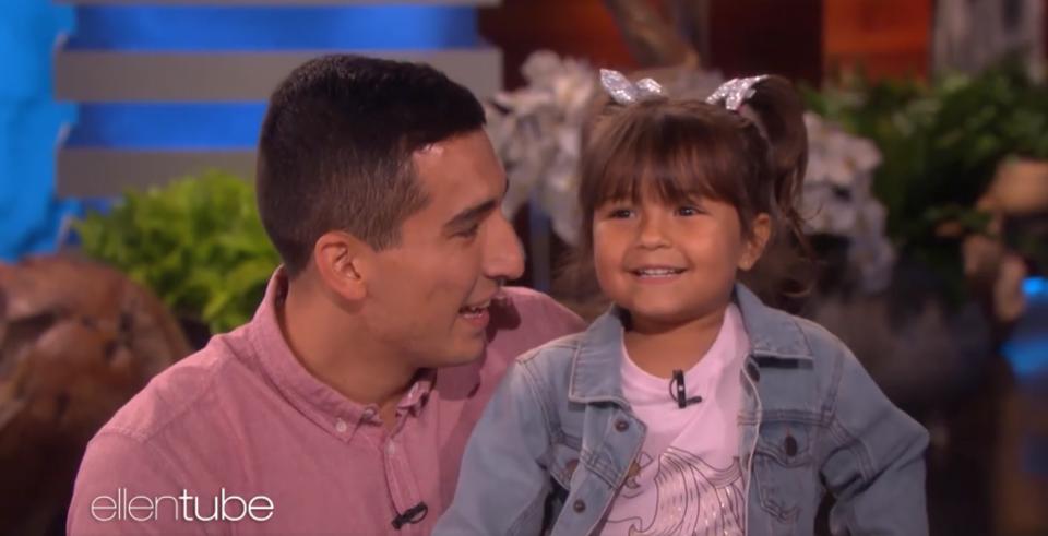 """Преслатко: Мало девојче со нејзиниот татко ја пеат """"Señorita"""""""