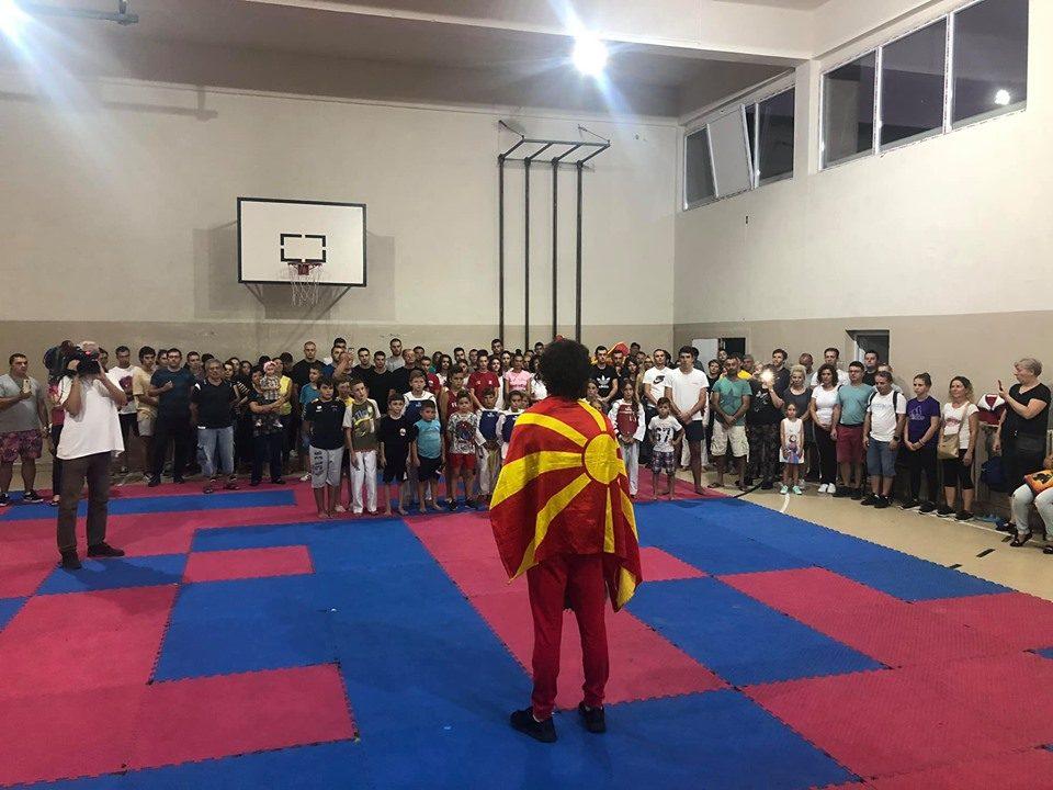 ФОТО: Момчето кое и донесе медал на Македонија, пречекано со многу емоции во Скопје