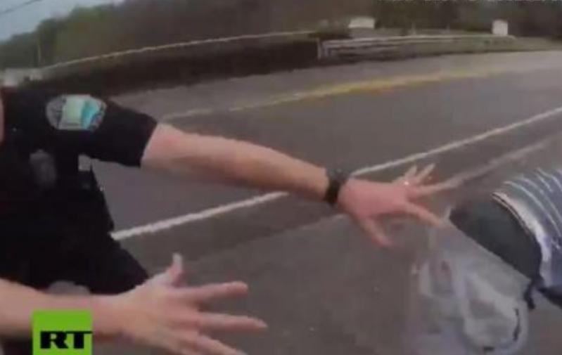 Херој во униформа: Да задоцнеше само една секунда, момче ќе извршеше самоубиство (ВИДЕО)