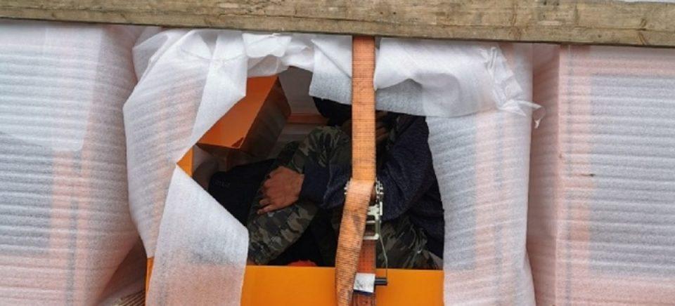 Фатени мигранти во кафези во македонски камион