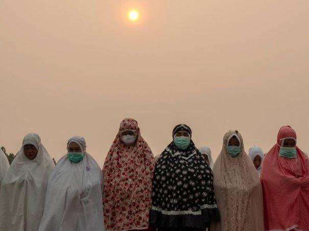 Илјадници се молат за дожд поради пожарите во Индонезија