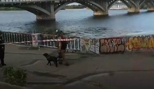 ВИДЕО: Вооружен човек се заканува дека ќе го разнесе мостот во Киев