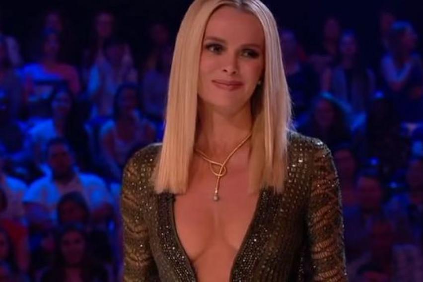 """""""Ако може Џеј Ло тогаш можам и јас"""": Сексапилната Аманда не се откажува од деколтето до папокот"""