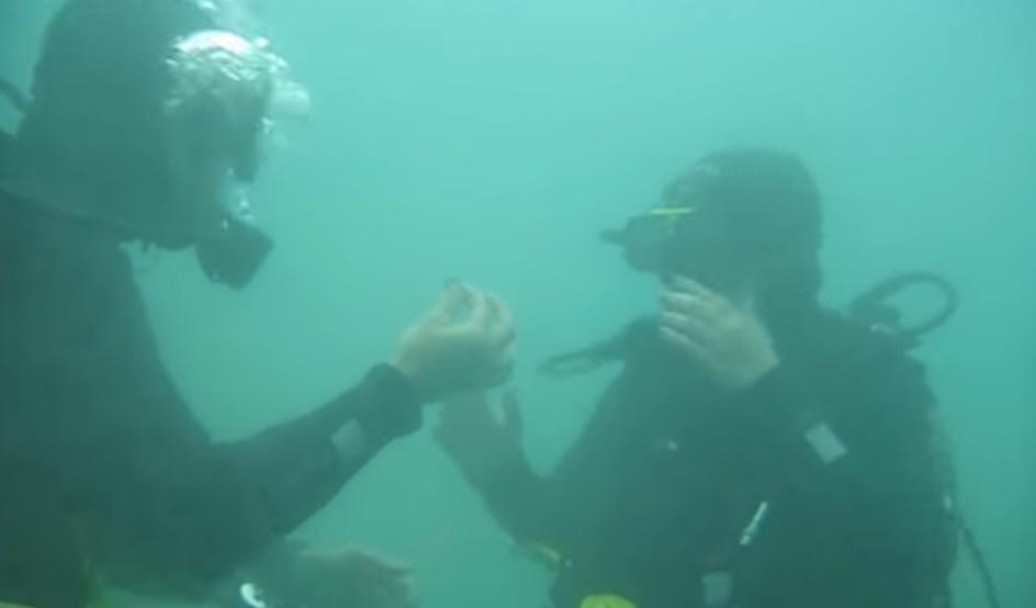 """Не сте виделе поромантично запросување: На дното на Охридското езеро кажа """"ДА"""" (ВИДЕО)"""