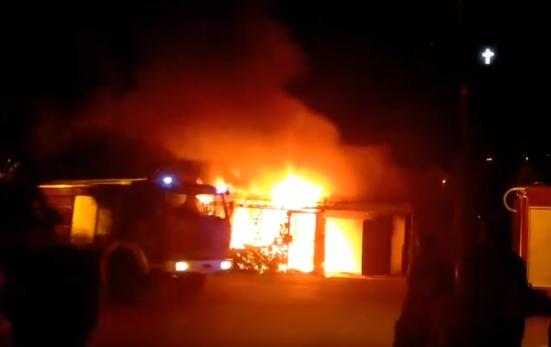 Голем пожар во Козле, горат гаражи (ВИДЕО)