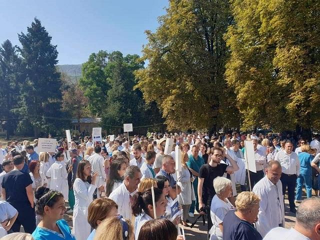 Белите мантили на протест: Ако не се спречи насилството, ќе престанеме со работа