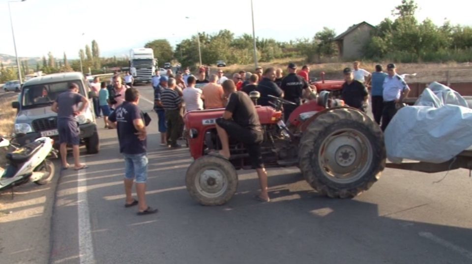 Тиквешките лозари на предупредувачки протест: Доколку власта не ги исполни нашите барања ќе го блокираме целиот регион!