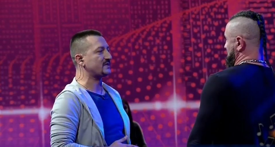 """Инцидент при снимањето на српската емисија """"БН коктел"""": Пејачот го нокаутираше водителот! (ВИДЕО)"""