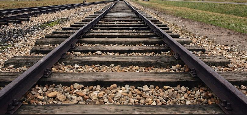 Во железничка несреќа загина пешак во Скопје, повредени 14 лица во сообраќајки