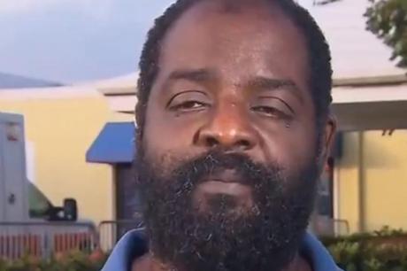 Татко херој: Слеп маж го носел својот парализиран син на раменици за да го спаси по невремето