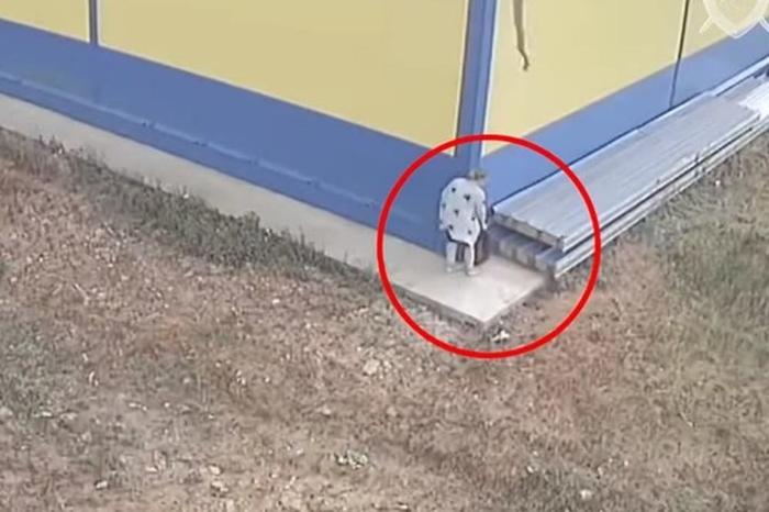 Ужасна снимка која ја крена јавноста на нозе: Жена се породи зад грмушка и го остави бебето во кеса зад продавницата каде работела