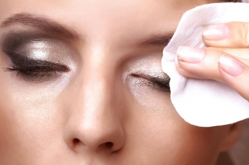 Дамите мора да знаат: Правите голема грешка ако вака си ја бришете шминката