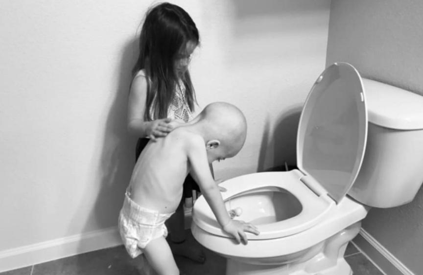 """Овие фотографии ќе ви го распарчат срцето: """"Ќерка ми наместо да си игра со децата, му помага на брат ѝ кој има леукемија"""""""