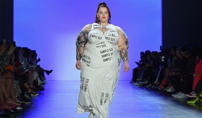 Храброст или лудост: Манекенка со 127 килограми прошета на писта, светот во шок (ФОТО)