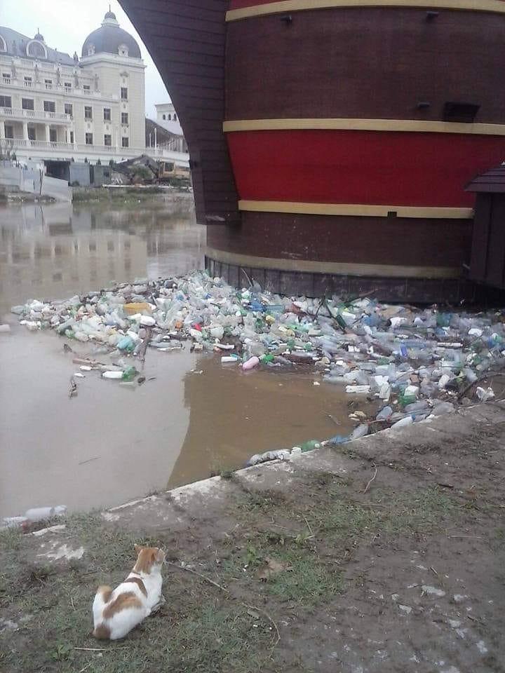 """Острови од пластика го """"красат"""" Вардар во центарот на Скопје, Шилегов ништо не превзема"""