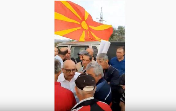 Оставка, оставка- извикуваат земјоделците кон министерот за земјоделство: Блокади на патот кај Росоман (ВИДЕО)