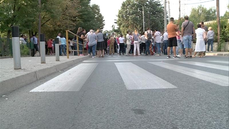 """Блокирана главната улица во Радишани: Протести на родителите од основното училиште """"Ацо Шопов"""""""