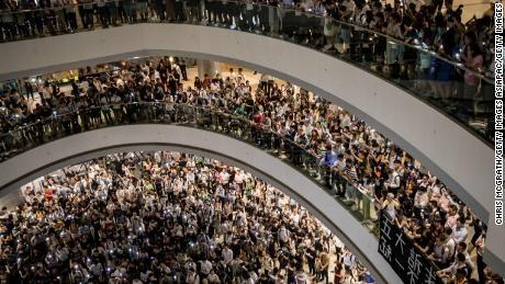 Полицијата во Хонг Конг се судри со демонстрантите во неколку трговски центри (ВИДЕО)
