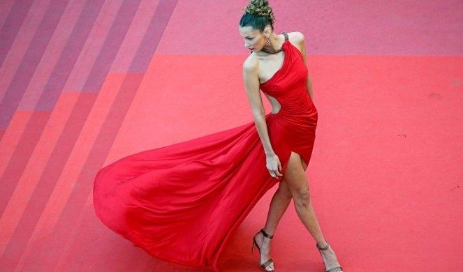 Фото: Бела Хадид гола но сите ја коментираат нејзината фризура!?