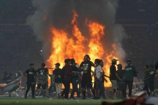 Хорор во Индонезија: Навивачи тепаа фудбалери и го запалија стадионот (ФОТО)