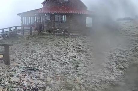 ВИДЕО: Големо невреме во регионот – снег врне на планините, ветерот превртува и камиони