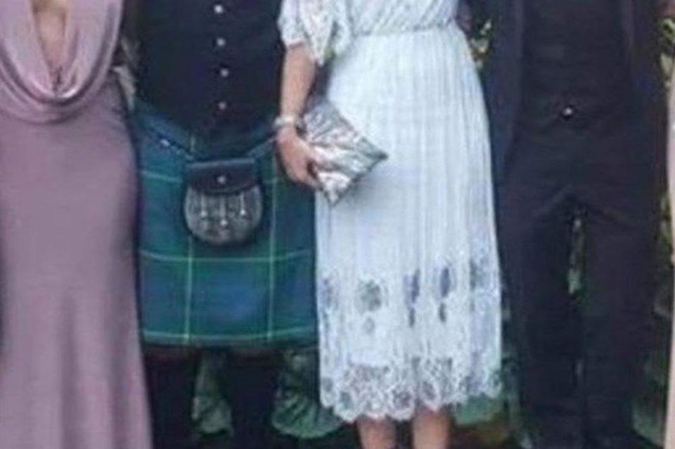 Облече фустан кој личи на полов орган- оваа гостинка на свадба ја нападнаа поради деколтето до папок и овој детаљ од кој ќе се препотите