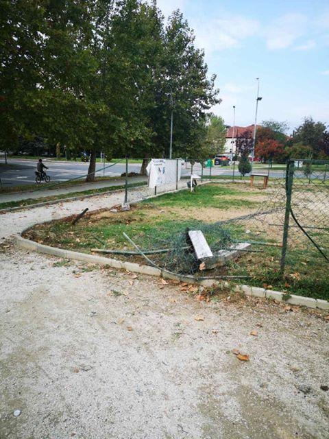 ФОТО: Автомобил ја уништил оградата на паркот за миленици во Козле- жителите бараат помош од Шилегов, градоначалникот без одговор