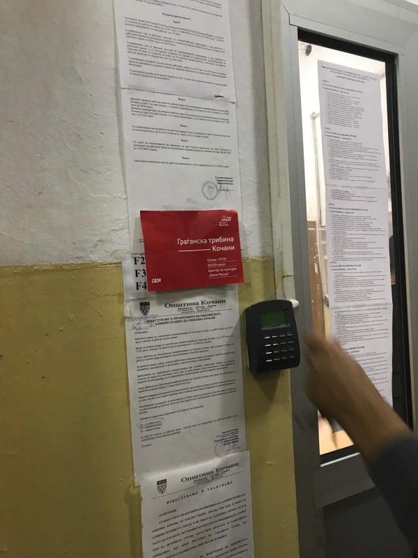 ФОТО: Плакати со повик за учество на трибина на СДСМ осамнаа во општинската зграда во Кочани