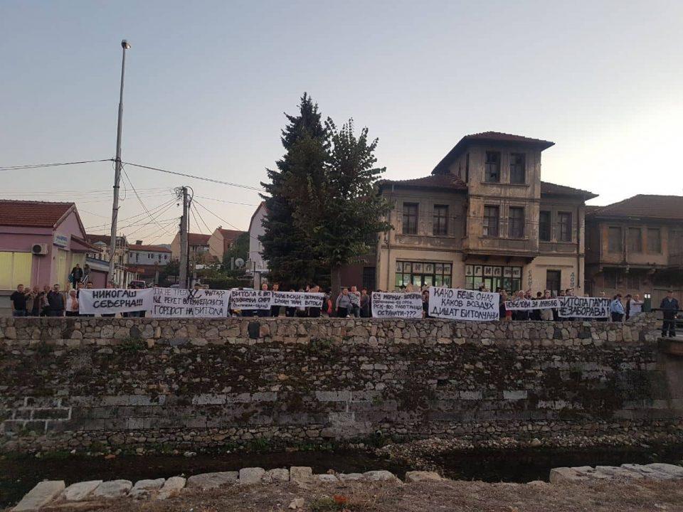 ФОТО: Герила акција за премиерот Заев и градоначалничката на Битола