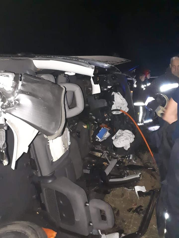 ТРАГЕДИЈА ВО МАКЕДОНИЈА: Едно лице загина, друго е тешко повредено во страшна сообраќајка, шест пожарникари интервенирале (ФОТО)
