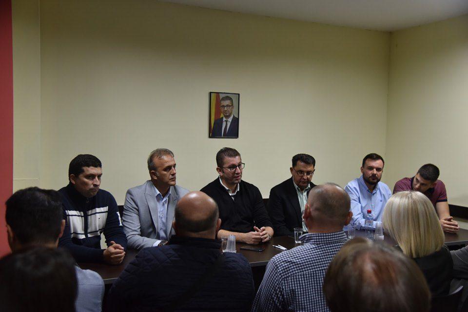 ФОТО: Мицкоски оствари средба со општинскиот комитет во Карпош