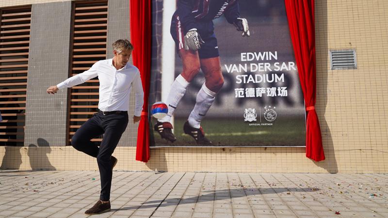 ФОТО: Кинески клуб го именуваше стадионот по Ван дер Сар