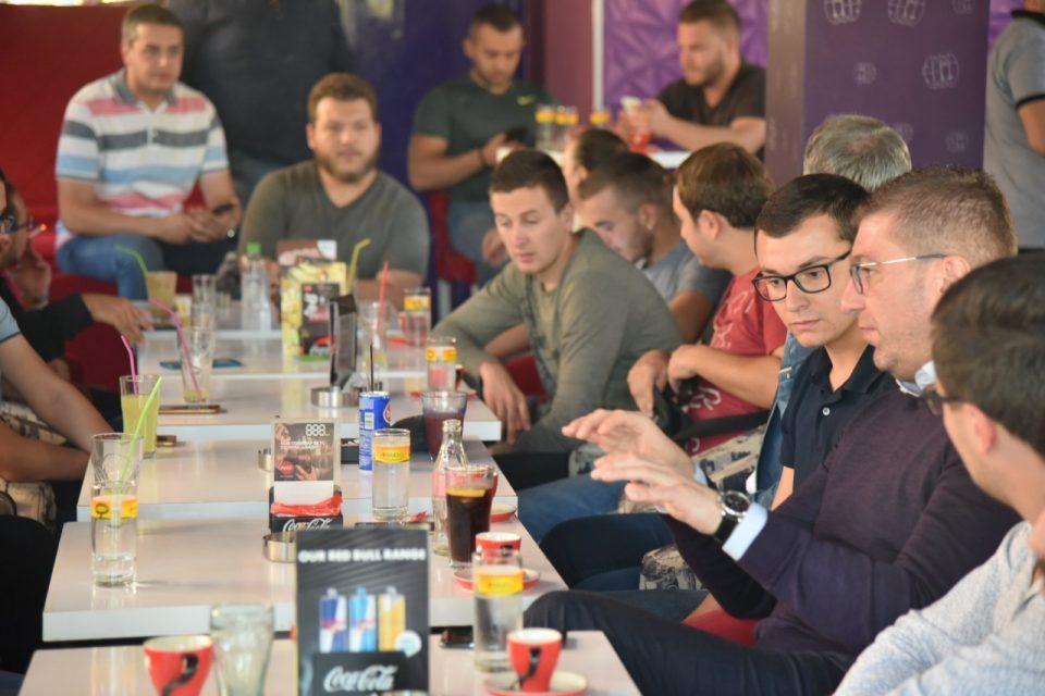 Мицкоски на средба со младите во Гостивар (ФОТО)