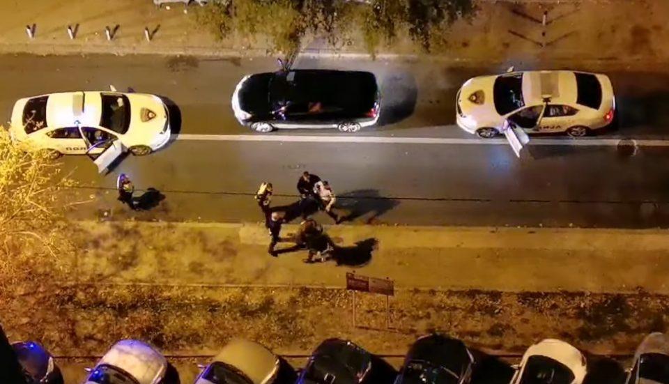 Македонската полиција на дело: Дали три екипи на сообраќајци можат да совладаат еден човек? (ВИДЕО)