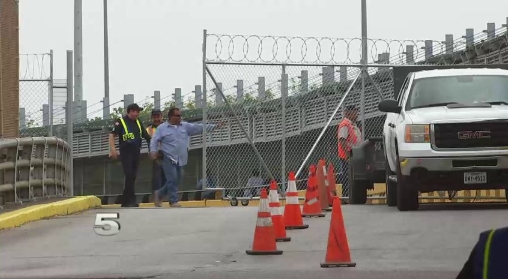 Стотици мигранти го блокираа мостот што ги поврзува САД и Мексико